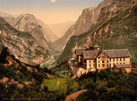 A postscard showing the Stalheim hotel in Norway, printed using the Aac process