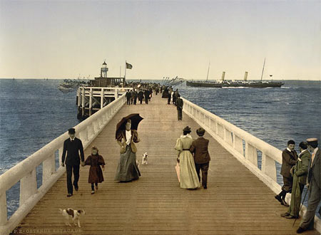 Historic photo of people on the pier of Oostende